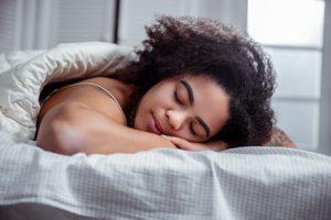 Der Schlaf kann schon 15 Jahre früher einen Hinweis auf eine Demenz geben.